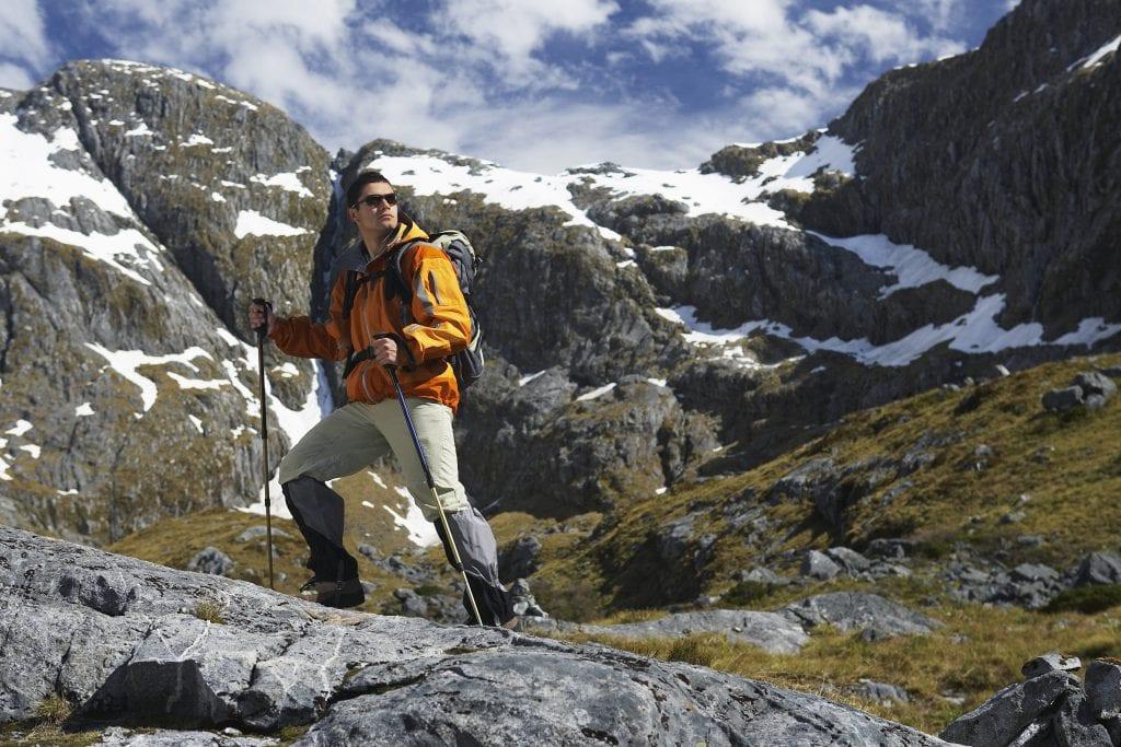 hombre practicando senderismo y trekking