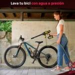 Lavar bicicleta con agua a presión